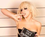 Lady GaGa rašo dainas pagal sukneles!