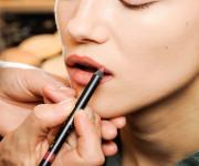 Grožio kovos: lūpų pieštukai
