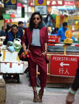 Penktadienio įvaizdis: burgundiškas kostiumas