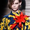 Tendencija: gyvos gėlės aprangoje