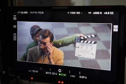 Režisierė kartu su savo komanda džiaugiasi sugrįžę į filmavimo aikštelę