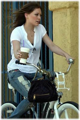 """Kava miesto ritmu """"Starbucks""""_Hillary Duff"""