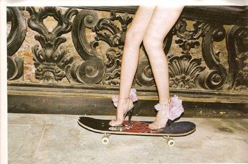 Ant lentų skriejančios merginos