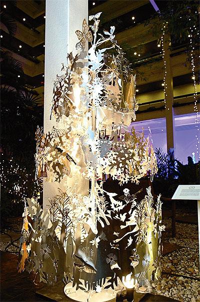 """2010 m. Bankoko viešbučio """"Four season"""" holą puošia moderni Kalėdinės eglės interpretacija"""