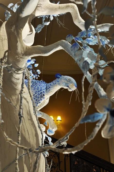 """2009 m. ekstravagantiškoji John Galliano Kalėdų eglė iš """"pasakų šalies"""""""