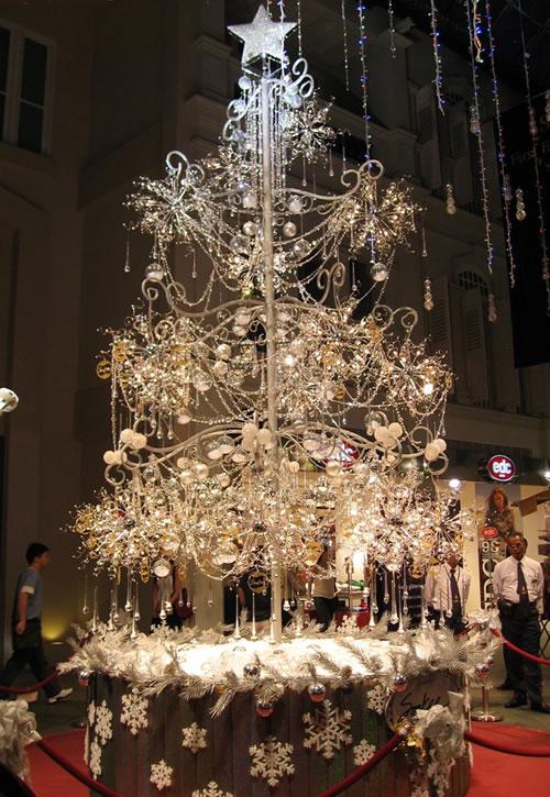 2007 m. Singapūras (brangiausia Kalėdinė eglutė pasaulyje, daugiau nei 1 mln. dolerių: 21,798 deimantai, 3,762 kristalų ir 456 lempučių)
