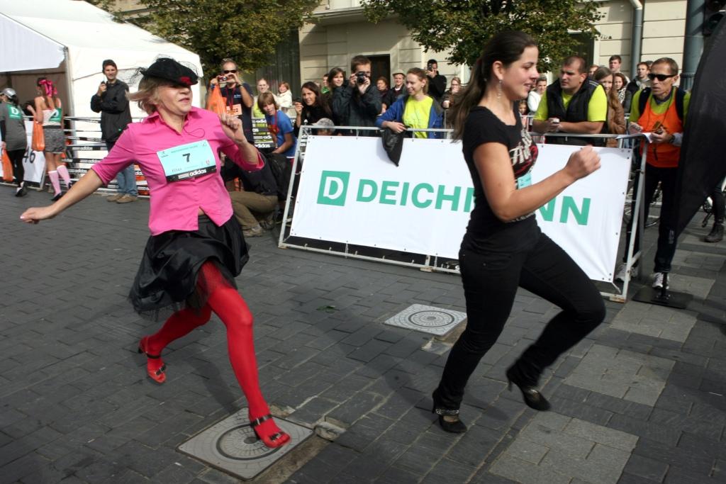 Stilingiausiai bėgimo avint aukštakulniais varžybų dalyvei – 58 metai