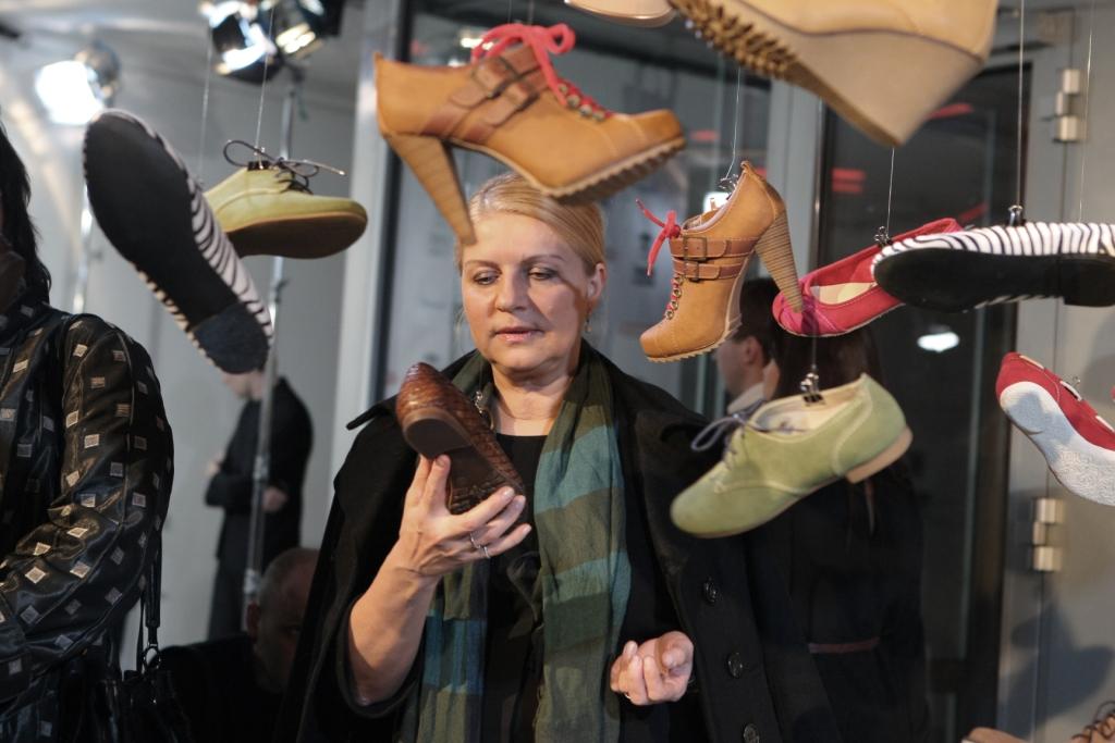"""""""Stiliaus"""" laidos vedėja Violeta Baublienė domėjosi instaliacijai naudota avalyne."""