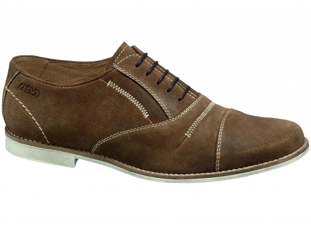 Laisvalaikį patogiai leiskite avėdami klasikinio tipo batus, siuvinėtus dekoratyvinėmis siūlėmis ir emblemomis.