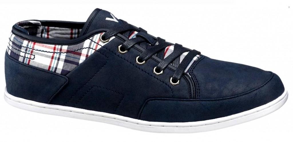 Mėlyni sportinio stiliaus batai su aplikacijomis.