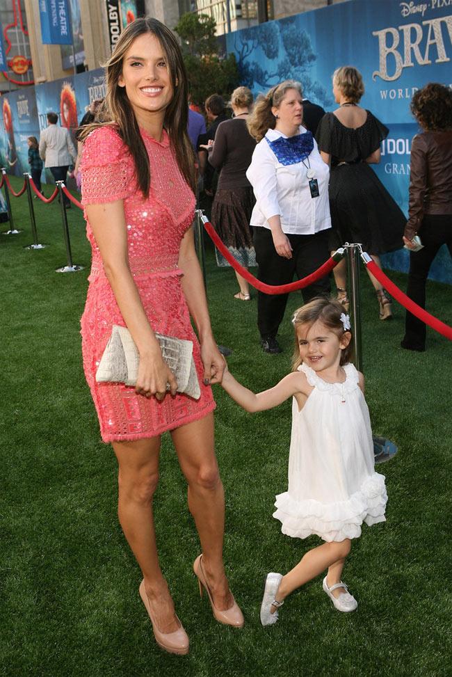 Alessandra Ambrozio ir rožinė suknelė kokteilių vakarėliui