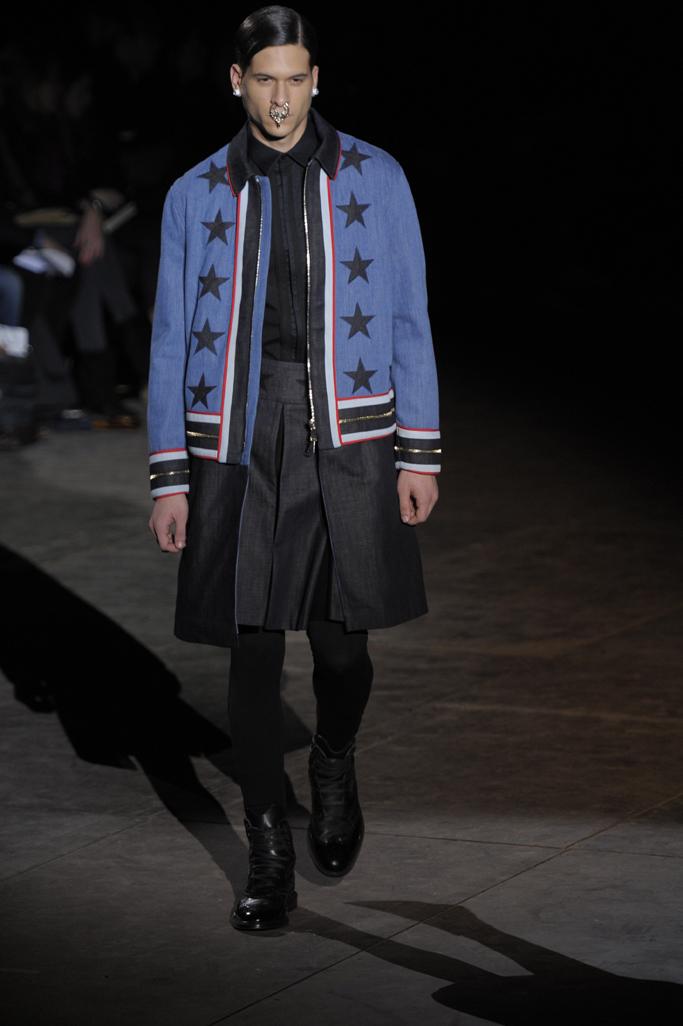 Amerikos vėliavos ir minotaurų kova su Givenchy