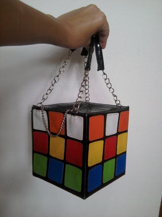Geometrinėmis aplikacijomis dekoruota rankinė