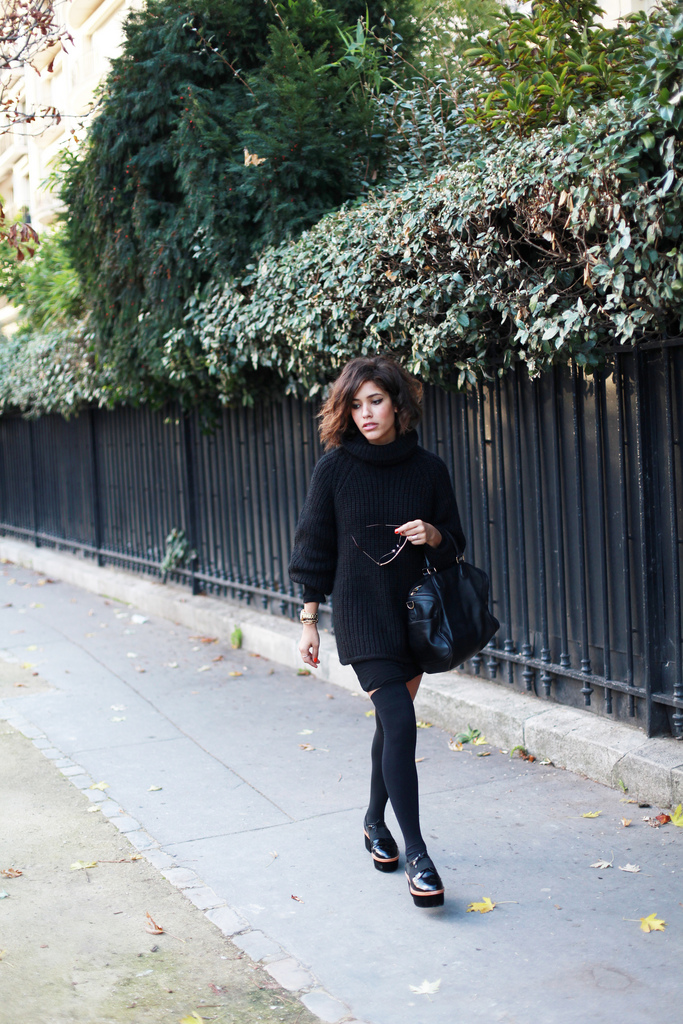 Didelis juodas megztinis