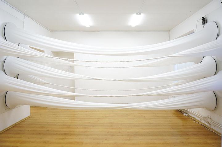 Besisukančios baltos medžiagos -  kinetinė instaliacija