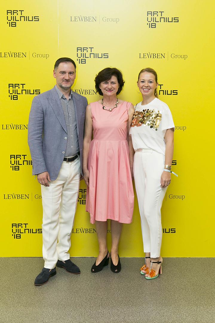 Vilius ir Rita Kavaliauskai su meno mugės vadove Diana Stomiene - SwO magazine