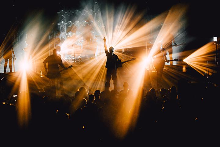 """""""Colours of Bubbles"""" sugrojo pirmąjį turo """"9 mm"""" koncertą"""