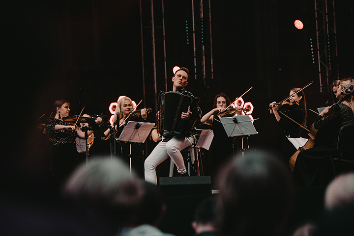 Vilniaus senamiestyje savo muzikos magija kerėjo Martynas Levickis